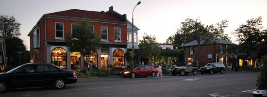 Niagara on the Lake is a chamring small town, nestled in wine country