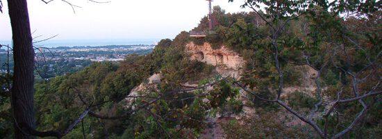 hamilton lies on the edge of the Niagara Escarpment, the 'Mountain'