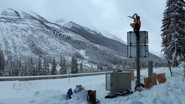 Installation-of-avalanche-detection-rogers-pass